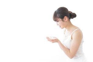 洗顔をする女性の写真素材 [FYI04722009]