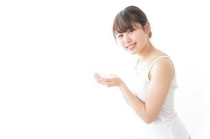 お風呂上がりの女性の写真素材 [FYI04722012]