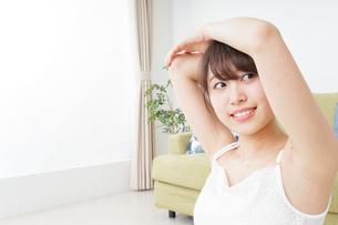 部屋でストレッチをする女性の写真素材 [FYI04722040]