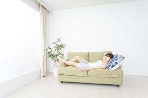 一人の時間を過ごす思春期の女性の写真素材 [FYI04722042]