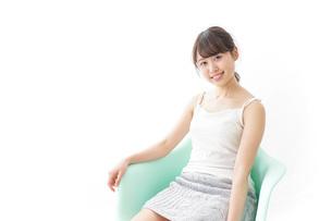 イスに座って喜ぶ女性の写真素材 [FYI04722044]