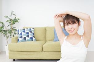 部屋でストレッチをする女性の写真素材 [FYI04722052]