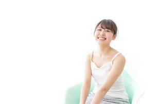 イスに座って喜ぶ女性の写真素材 [FYI04722059]