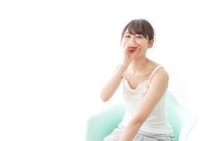 イスに座って喜ぶ女性の写真素材 [FYI04722066]