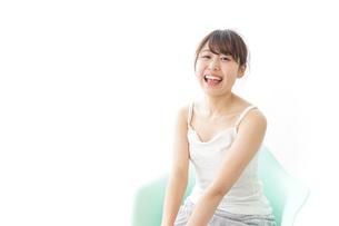 イスに座って喜ぶ女性の写真素材 [FYI04722071]