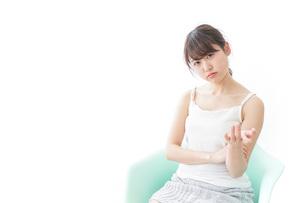 腹を立てる女性の写真素材 [FYI04722077]