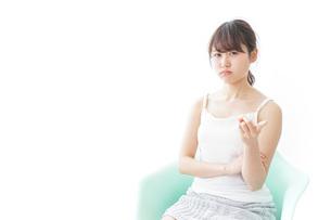 腹を立てる女性の写真素材 [FYI04722081]