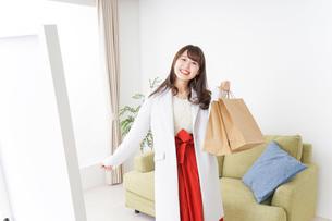 ショッピングから帰ってきた女性の写真素材 [FYI04722114]
