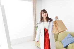 ショッピングから帰ってきた女性の写真素材 [FYI04722121]