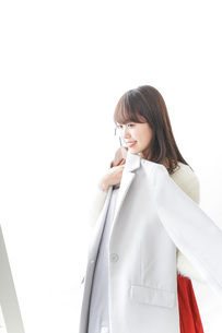 服を試着する女性の写真素材 [FYI04722127]