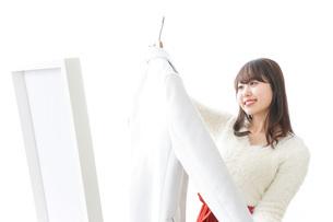 服を試着する女性の写真素材 [FYI04722129]