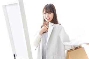 服を試着する女性の写真素材 [FYI04722139]
