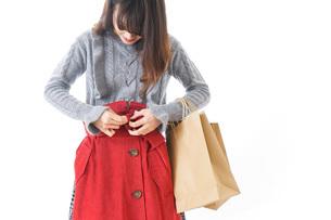 服を買う女性の写真素材 [FYI04722148]