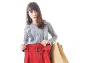 服を買う女性の写真素材 [FYI04722149]