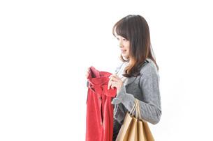 服を買う女性の写真素材 [FYI04722153]