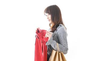 服を買う女性の写真素材 [FYI04722156]