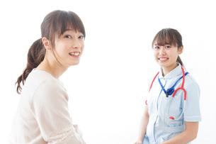 病気の治療をする女性の写真素材 [FYI04722175]