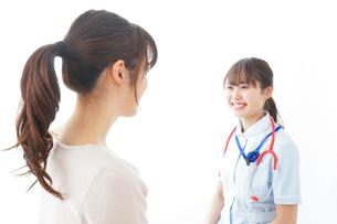 病気の治療をする女性の写真素材 [FYI04722177]