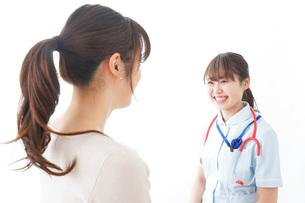 病気の治療をする女性の写真素材 [FYI04722178]