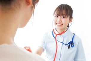 病気の治療をする女性の写真素材 [FYI04722190]