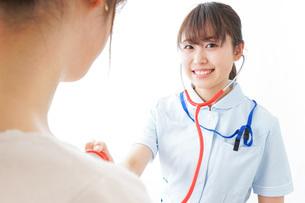 病気の治療をする女性の写真素材 [FYI04722191]