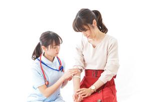 点滴をする女性と看護師の写真素材 [FYI04722205]