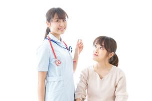 点滴をする女性と看護師の写真素材 [FYI04722207]