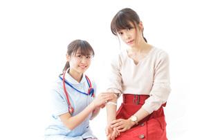 点滴をする女性と看護師の写真素材 [FYI04722212]