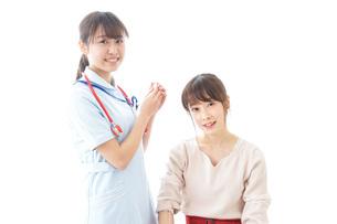 点滴をする女性と看護師の写真素材 [FYI04722213]