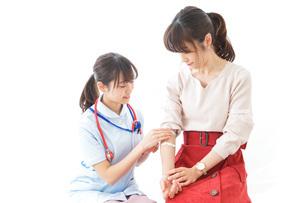 点滴をする女性と看護師の写真素材 [FYI04722215]