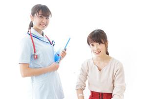 病気の治療をする女性の写真素材 [FYI04722218]