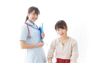 病気の治療をする女性の写真素材 [FYI04722222]
