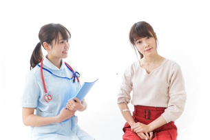病気の治療をする女性の写真素材 [FYI04722223]