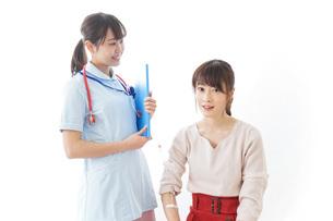 病気の治療をする女性の写真素材 [FYI04722228]