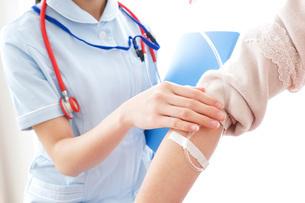点滴をする女性と看護師の写真素材 [FYI04722235]