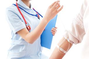 点滴をする女性と看護師の写真素材 [FYI04722247]
