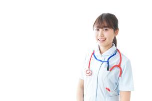 笑顔の若い看護師の写真素材 [FYI04722266]