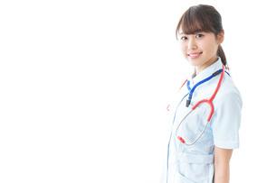 笑顔の若い看護師の写真素材 [FYI04722281]