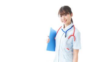 笑顔の若い看護師の写真素材 [FYI04722290]