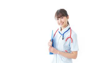 笑顔の若い看護師の写真素材 [FYI04722294]
