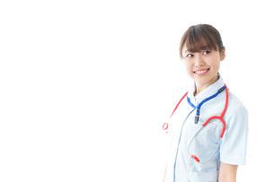 笑顔の若い看護師の写真素材 [FYI04722296]