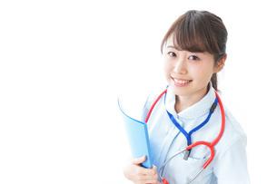笑顔の若い看護師の写真素材 [FYI04722304]