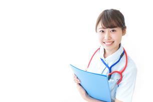 笑顔の若い看護師の写真素材 [FYI04722316]