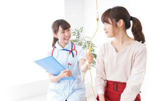病気の治療をする女性の写真素材 [FYI04722338]
