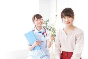 病気の治療をする女性の写真素材 [FYI04722339]