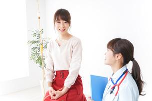 病気の治療をする女性の写真素材 [FYI04722341]