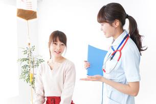 病気の治療をする女性の写真素材 [FYI04722345]