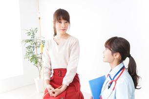 病気の治療をする女性の写真素材 [FYI04722346]