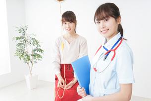 病気の治療をする女性の写真素材 [FYI04722350]