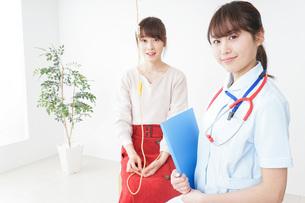 病気の治療をする女性の写真素材 [FYI04722351]